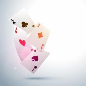 pelikortteja valkoisella taustalla